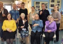 Hälsning till svenska teckenspråksdag med gruppbild